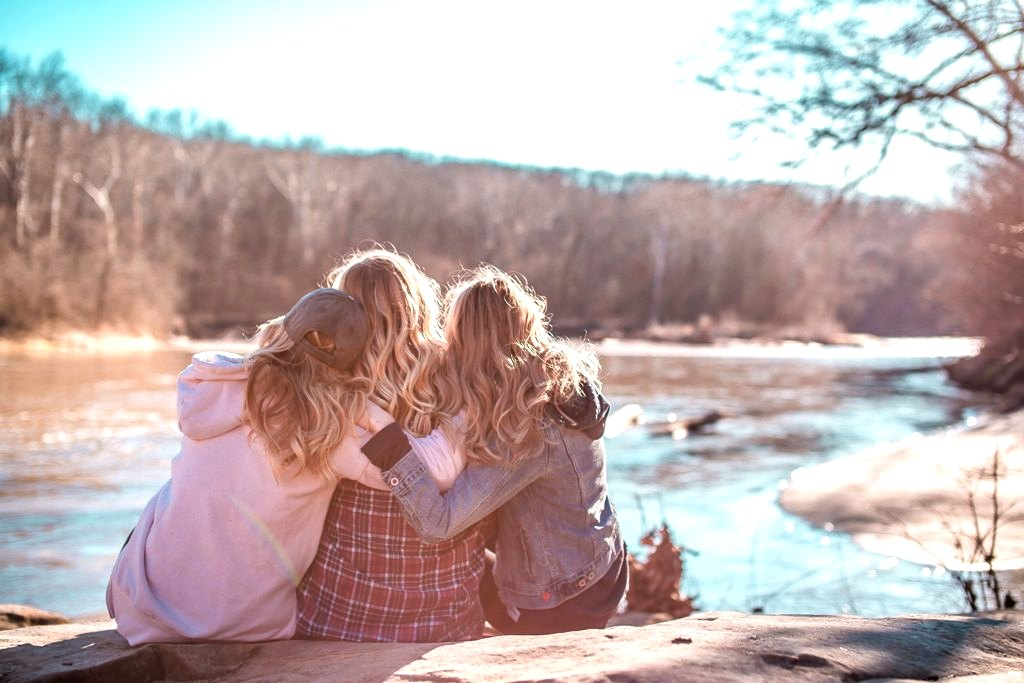 Karuna Reiki Θεραπεία - evixtzigianni - 3 φίλες αγκαλιάζονται