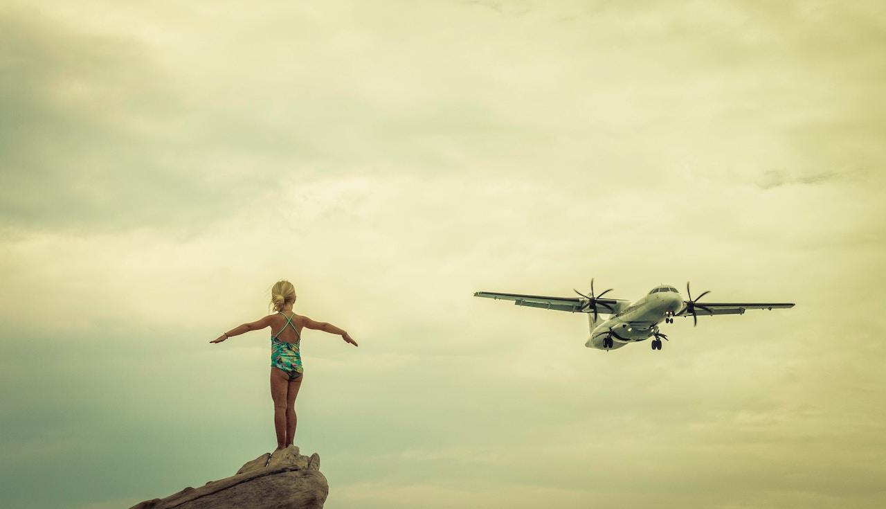 παιδί και αεροπλάνο