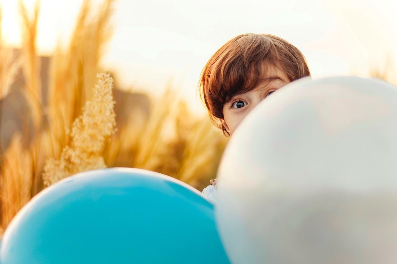 παιδιά με μπαλόνια