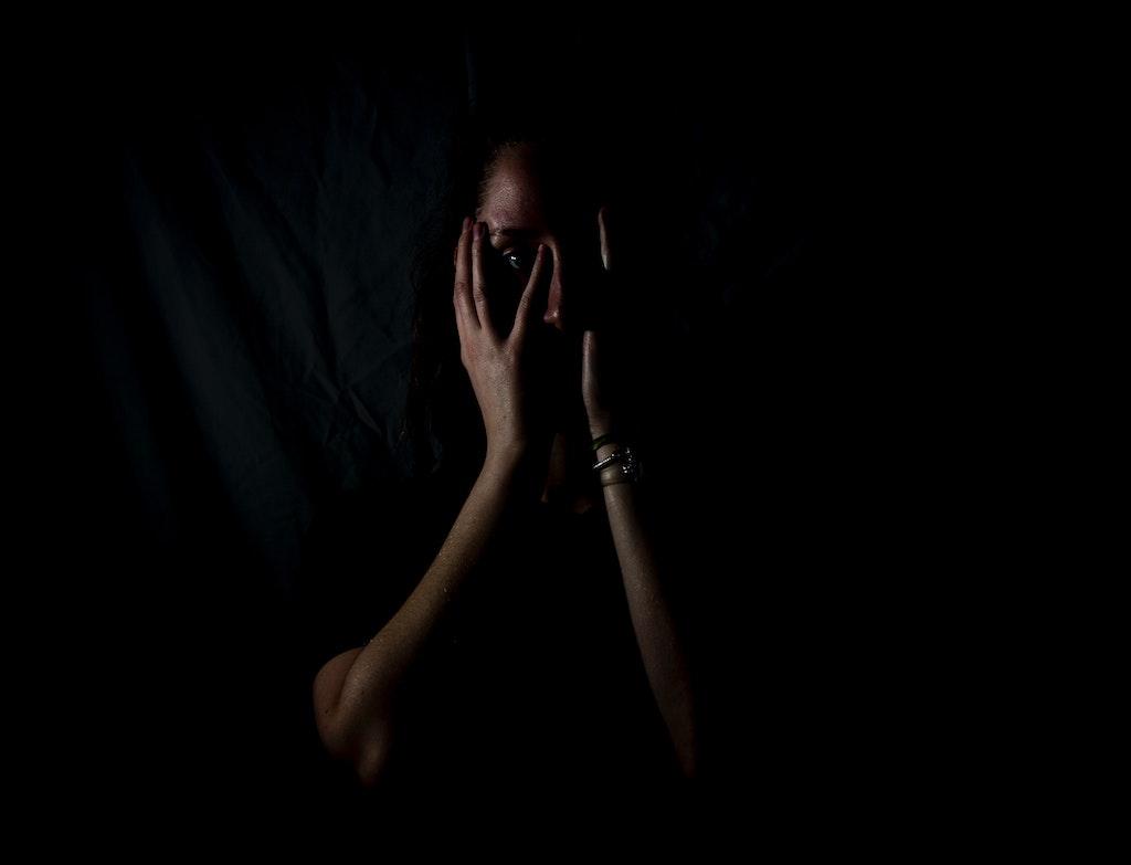φοβισμένη γυναίκα στο σκοτάδι