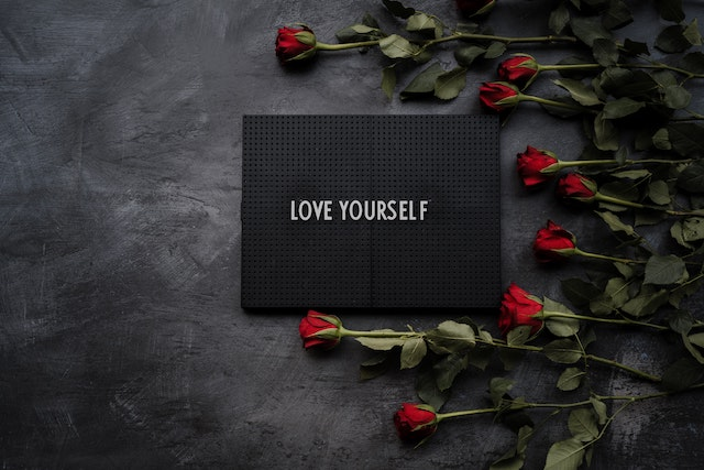 love yourself quote με κόκκινα τριαντάφυλλα