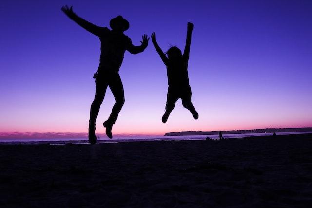 αγόρι και κορίτσι πηδάνε στον αέρα