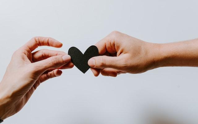 μαύρη καρδιά σε χέρια