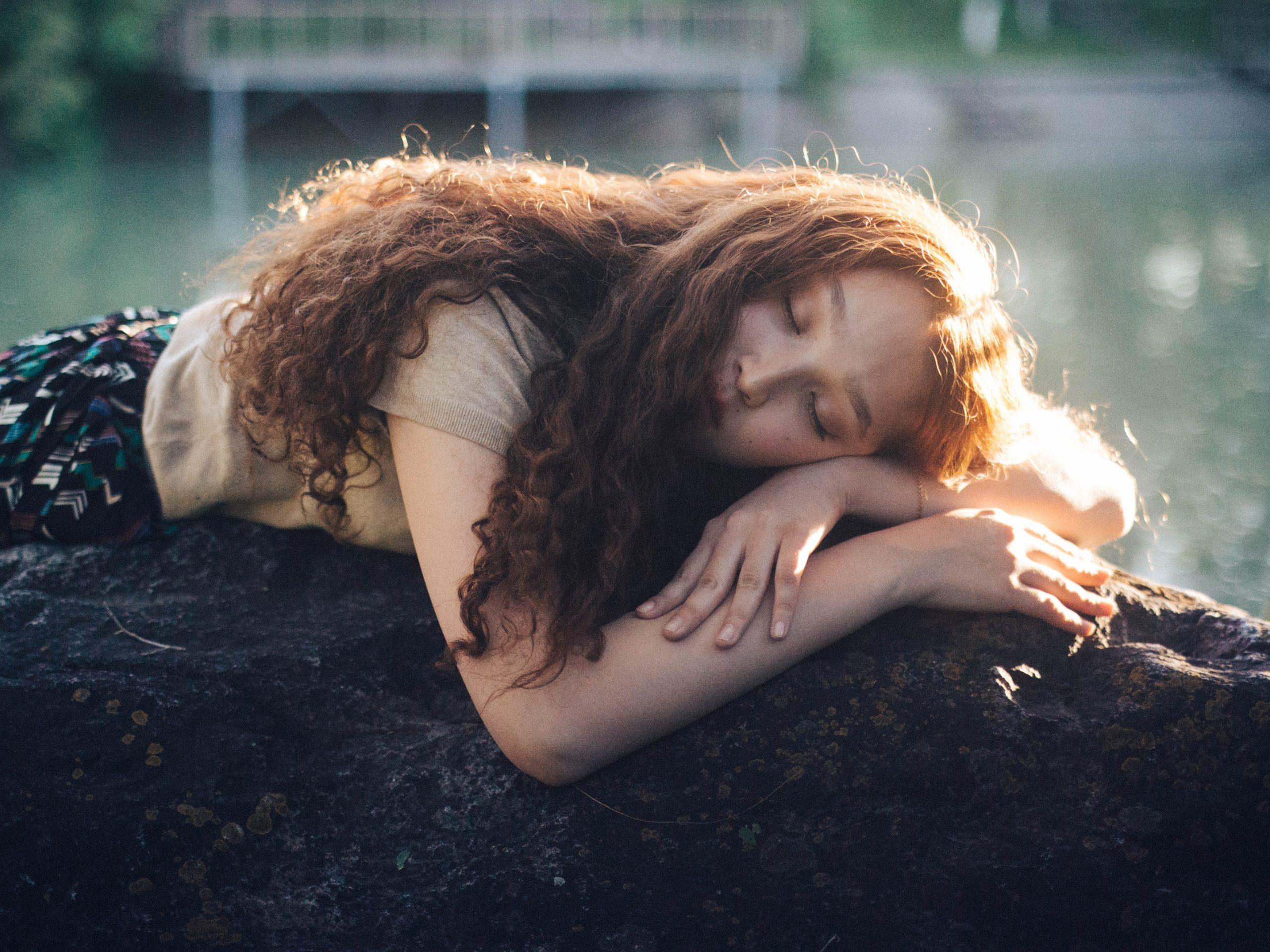 γυναίκα ξαπλωμένη