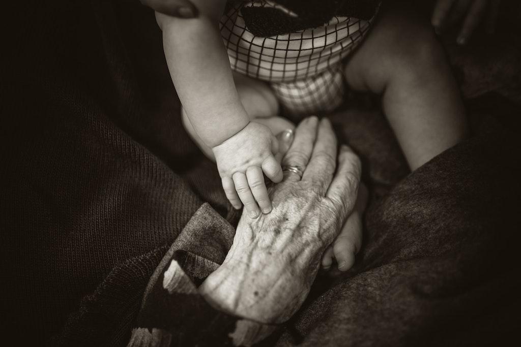 χέρια μωρού και γιαγιάς